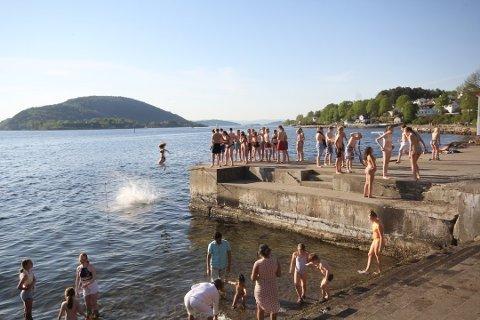 Hopp i havet: Dette herlige bildet ble tatt i Badeparken på forsommeren i fjor. Det har vært lite bading i Badeparken så langt i år. Foto: Steinar Knudsen