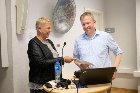 OVERLEVERER KLAGER: Publikummer Hanne Iley overleverte et brev med 226 underskrifter og klager til Ruters Ole Jakob Aanes.