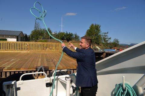 Sjømannskap: Nesoddens ordfører Truls Wickholm fikk prøve seg som matros for anledningen, da Baronessen klappet til kai på Steilene torsdag. Foto: Tore Henning Larsen