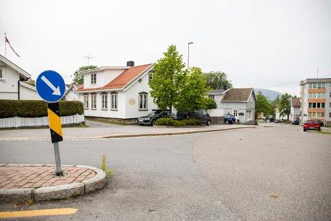 I SENTRUM: Råkeløkkveien er stikkveien som går fra Osloveien. Til høyre ser du Lindtruppbakken.