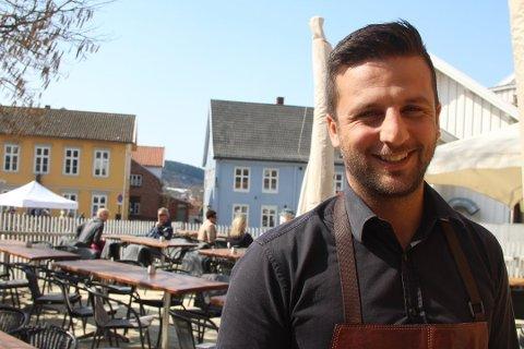 Smilefjes: Shahab Afshar opplever at Mattilsynets reaksjon var alt for streng. Nå kan han likevel smile igjen, smilefjeset er tilbake ved Handelshuset Gastrobar. Foto: Henriette Slaatsveen