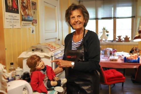 SJELDENT YRKE: Mette Knubel viser fram dukkeklinikken i andre etasje og forteller at hun liker denne spesielle dukken godt.