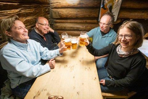 BRYR SEG IKKE OM PRISEN: Andrea, Michael, Stefan og Barbara fra Tyskland var ikke så opptatt av at ølet var dyrt: – Ølen smaker godt og lokalene er kjempefine, sier venneparene.