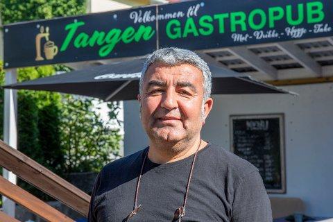 MAT OG ØL: Cahit Guler serverer både mat og øl på Tangen Gastropub.