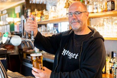 TAPPER: Rune Maurtvedt tapper flere tusen liter øl i året til gjestene sine.