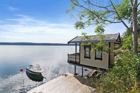 Vedsjøen: Badehuset på Hellvik ligger idyllisk til. Bryggen på bildet medfølger ikke. Foto: Inviso