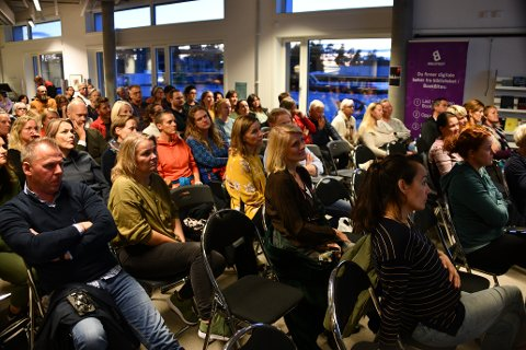 Mange møtte opp: De som møtte fram i bibliotekhjørnet viste stort engasjement. Foto: Trond Folckersahm