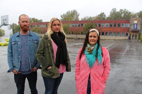 OPPGITT: Foreldrene Tommy Basteson, Emilie A. Karindatter og Rebekka Pande-Rolfsen har tidligere stått frem for å påpeke kommunens tidsbruk på reparasjoner. Nå er Basteson og Karindatter oppgitt over at ting tar tid.