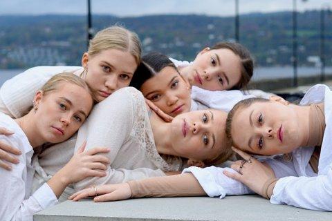 Dansere i forestillingen er Frida Bøe Bjørseth, Helena Fossum, Marie Øvermo Eriksen, Pia Bernardo, Sara Evensen og Thea Kjølberg.
