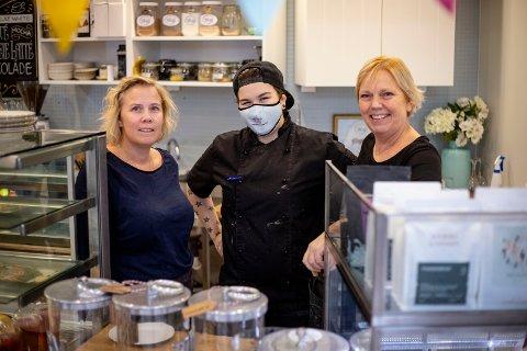 SER FRAM MOT 2021: Helena Berglund (t.v.) blir medeier i Fru Thunes Spiseri sammen med Evy Thune (t.h.) etter nyttår. Her sammen med baker Madelen Meyer Pettersen.