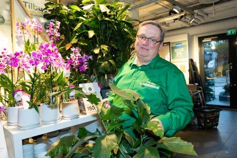 ÅPNET BUTIKK I NÆRHET TIL BOSTED: Blomsterhandler Sverre Bratlie driver Mester Grønn på Tangen senter.  Han  er vokst opp på Dal og bor i Nordre Frogn.