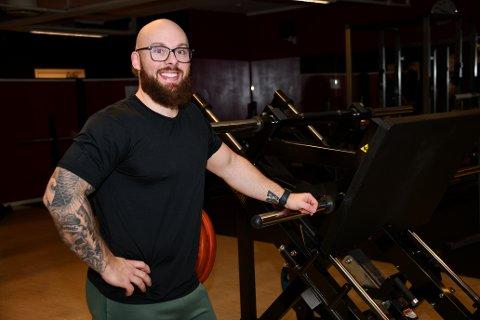Anders Johansen i Shape & Fitness Club på Skoklefall er glad for å fortsatt kunne holde åpent, men slipper ikke inn treningssugne fra andre kommuner.
