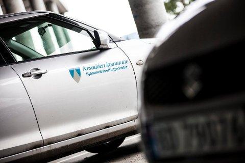 REGLER: Når bilene fra hjemmesykepleien kommer til pasientene, passer sykepleierne på å følge  smittevernreglene. FOTO: Arkiv