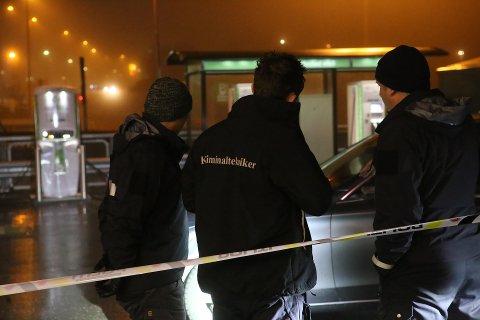 Politiet har en klar formening om hvem som satt bak rattet på den røde Mercedesen som onsdag kjørte ned en politimann.