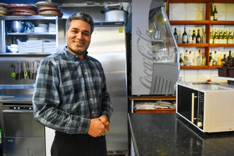 ÅPNET: Mohammad Yousaf på Papaya restaurant har fått åpnet restauranten igjen, men kritiserer Mattilsynet for flere ting.