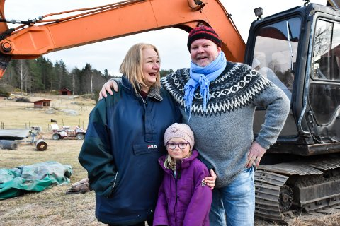 NY BELTEGRAVER: Knut Houge, Kirsten Sæther og barnebarnet Tuva Wien (7) på Skuterud gård.