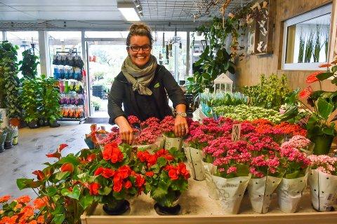 I FULL BLOMST: Hilde Kristiansen hos Espely hagesenter mener Morsdagen og Valentinsdagen er viktig som en happening. Men i motsetning til Mester grønn på Tangen senter er hun ikke like avhengig av omsetningen disse dagene.