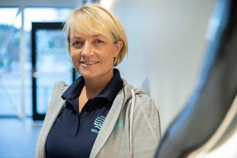 JOBBER MED LØSNINGER: Siv-Katrin Ramskjell forteller at Bølgen jobber med løsninger så kundene ikke blir belastet mens de holder stengt.