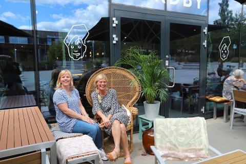 OMSETNINGEN STUPER: Birgitta Nordby (til venstre) eier med sin mann Nordby-bakeriene. Her med interiørdesigner Anna Almqvist som interiørdesigner.