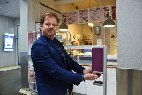 KRITISK: Senterleder Ragnar Sørlie syns Amta skriver for mange negative saker om dagen og vil gjerne at lokalavisa også skriver om butikkene som står på for å holde hjula igang.