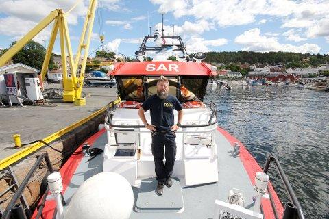 TRYGGHET: Håvard Karslen, styrmann på redningsskøyta på Oscarsborg, er ute og hjelper sjøfolket. Søndag har de sjekket og sikret en båt som driver utenfor Nesodden.