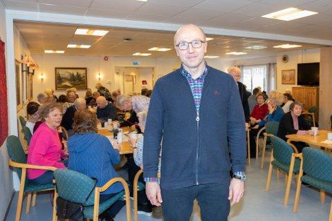 SENIORKONTAKT: Øystein Dale startet som seniorkontakt i 2017. – Jeg føler meg priviligert og det er en tillitserklæring å komme på besøk, sier han. Her har han foredrag på Nordby Eldresenter.