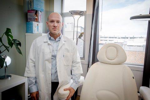 TILBYR KORONATEST: Lege Nathan Wayne selger hurtigtester for koronavirus. Han ønsker at flere tester seg for viruset.