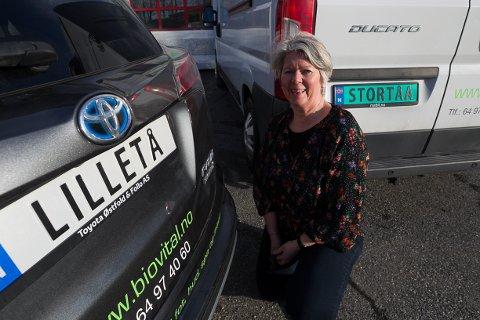 SMIL: Bodil Loftheim har så langt bare fått positive tilbakemeldinger på firmaets nye bilskilt.