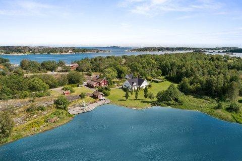 LANG STRANDLINJE: Kjøperen av eiendommen i Holmeveien får god plass å boltre seg på.