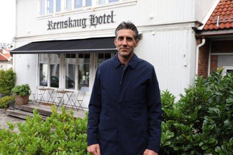 ÅPNER GRADVIS: Tony Eide forteller at de nå forsiktig gjenåpner Reenskaug Hotel for overnatting.