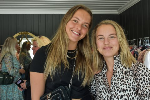 TOK TUREN: Søstrene Ine Rebecca Fransvaag (20) og Ida Charlotte Fransvaag (29) er glad i klær og mote. - Her var det mye fint, sier de om den nye sommer pop-up'en på Drøbak torg.