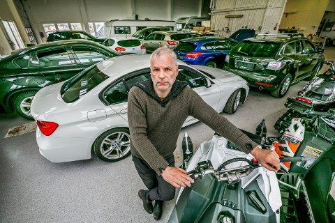 FYLLES OPP: Mye selges raskt ut, men det fylles opp med biler og andre kjøretøy i lagerhallen til Stadssalg på Tomasjord. Trond Levi Larsen har fulle dager med å hente inn biler fra konkursrammede bedrifter og privateiere i betalingstrøbbel.