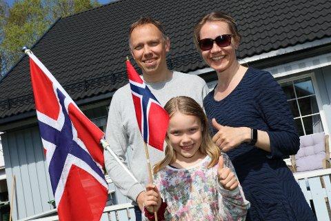 GLEDER SEG: Svanhild Moen Refvik, Øivind Refvik og Signe Marie Refvik (9) håper at flere familier blir med på videoprosjektet.