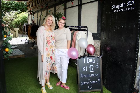 Butikksjef Ida Turnes (t.v.) og eier og daglig leder Monica Bergem er klare for å selge ullplagg i Son hele sommeren.