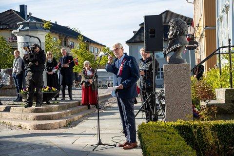 REKORD: Ap-veteran Kjell Engebretsen har aldri hatt så mange tilhørere som da han holdt tale ved Christian Magnus Falsens byste i Drøbak sentrum på morgenen 17. mai.