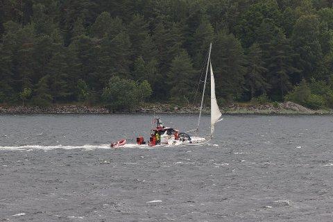 PÅ SLEP: En seilbåt med fire personer ombord fikk trøbbel med både motor og seil søndag kveld.