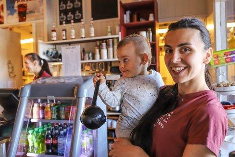 - IKKE GÅTT SOM VI ØNSKET: Daglig leder ved Moderns Cafe, Branka Djekanovic (31) sammen med sønnen Luke (2).