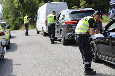VIL VÆRE SYNLIGE: Utrykningspolitiet (UP) sier i et Facebook-innlegg mandag formiddag at de vil være synlige langs skoleveier og ved skoler de to neste ukene. Bildet er fra en tidligere trafikkontroll på Svartskog i sommer.