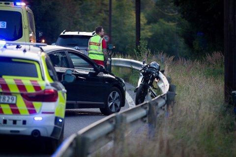 En motorsyklist kjørte inn i en bilist bakfra ved avkjøringen til Togrenda fra Nessetveien.
