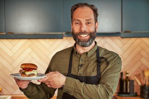 LAG SELV: Tarje Haarstad fra Drøbak står bak suksessen Døgnvill Burger. Nå tilbyr kjeden produktene sine via dagligvarebutikken kolonial.no slik at folk kan lage restaurantburgere hjemme.