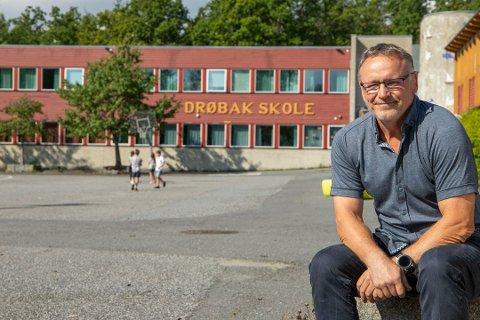 I FARE: Skolesjef Frank Westby foran Drøbak skole som trolig er en av skolene som er i fare dersom kommunen skal redusere antall barneskoler.