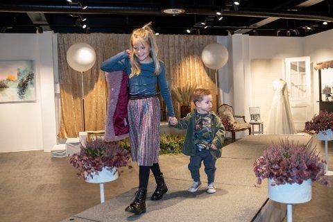 SJARMERTE PÅ CATWALKEN: Sofia Furu (9) og Isak Furu (2) sjarmerte alle da de stilsikkert viste fram siste barnemote.