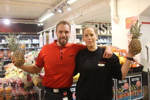 FERDIG PÅ NESODDEN: Johan Halvorsen har vært butikksjef på Extra Nesoddtangen i fire år, men etter nyttår starter han som butikksjef ved Coop Prix i Ullevålsveien i Oslo. Her er Halvorsen avbildet i 2019 med tidligere assisterende butikksjef Lene Hanssen.