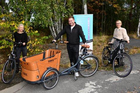 Nå har Pauline Kajl, Truls Wickholm og Anja Antonsen fått en  hel sykkelstall å ta vare på. men de låner dem gjerne ut fra førstkommende tirsdag.