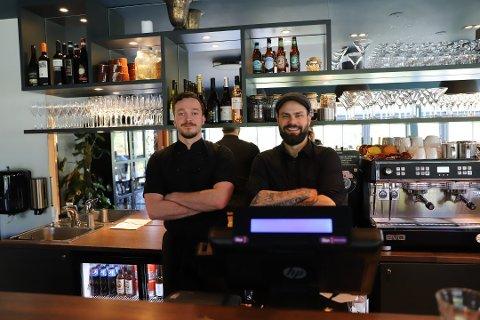 Kjøkkensjef Jack Newille og innehaver Christopher Bjønness Badendyck legger om driften som en følge av de nye koronatiltakene.