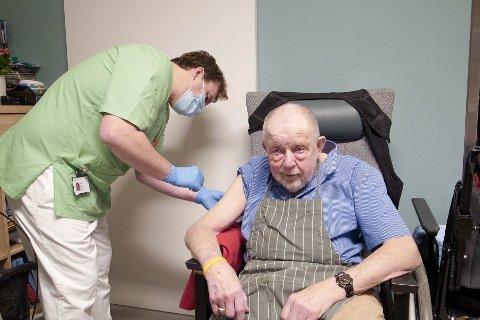 FØRSTEMANN: Jann Erik Nygård (79) fikk æren av å være den første i Frogn som fikk koronavaksine. Vaksinen ble satt av sykepleier Håvar Hauger.