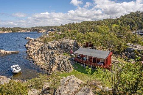 – Hytta er enkel, men beliggenheten er svært idyllisk, sier Henning Hesselberg om hytta på Nordre Sandøy.