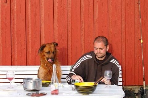 Forsker Pål Trosvik sammen med hunden sin Pintxo.