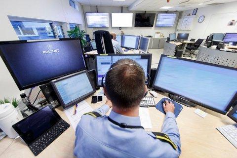OPERASJONSSENTRALEN: Øst politidistrikt ser på flere kameraer til Vegtrafikksentralen at det kan bli utfordrende kjøreforhold mandag morgen.