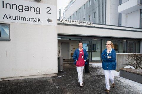 STORT ARBEIDSPRESS: Sykepleiere og andre ansatte ved Ahus jobbet mye mer i 2020 enn normalt. Det har avdelingslederen på intensiven, Sylvi Vullum (til høyre), fått kjenne på. Her med Line Todal, seksjonsleder i akuttmottaket.